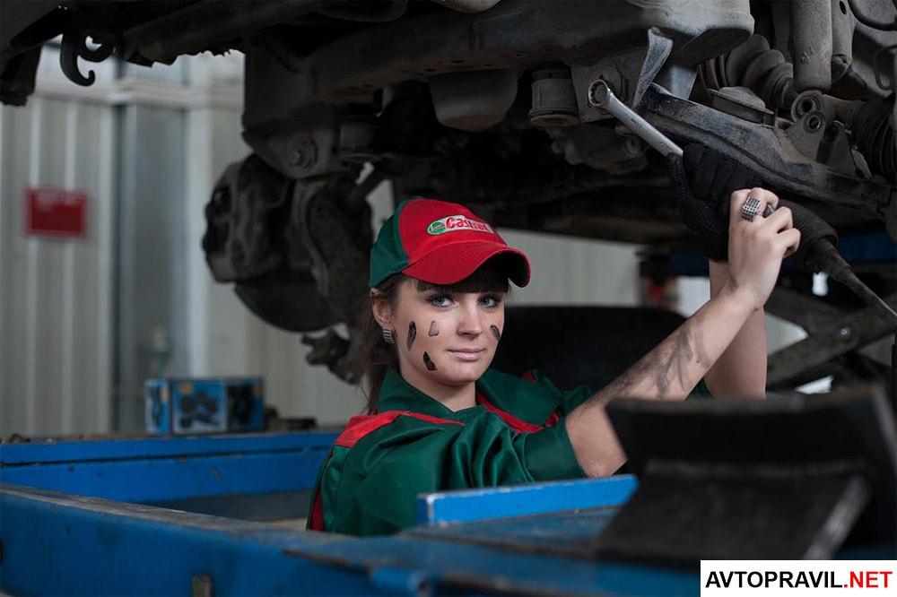 Механик осматривающий автомобиль