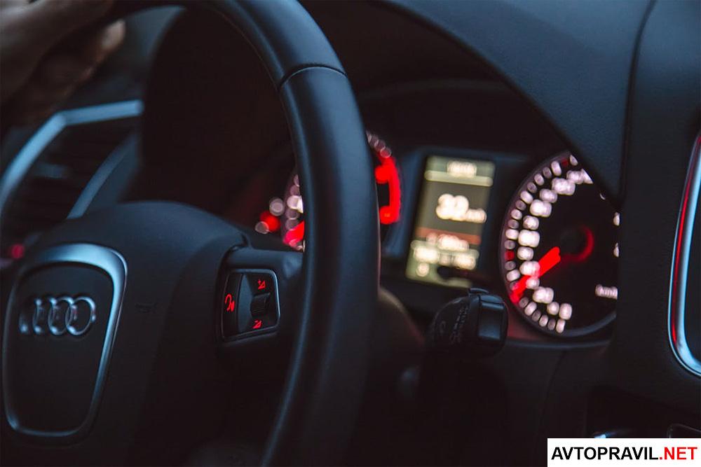 Руль автомобиля и приборная панель