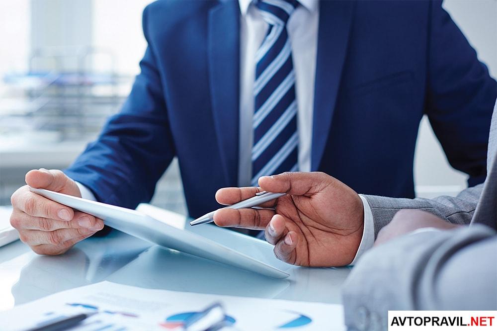 Двое мужчин работающие с документами