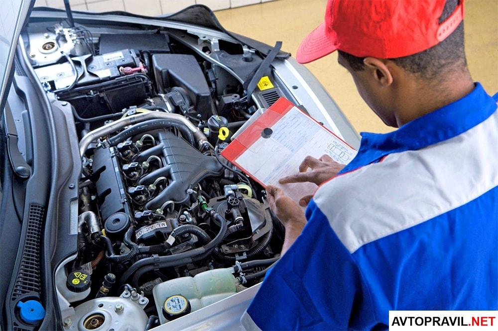 Специалист осматривающий авто на предмет соответствия технической документации