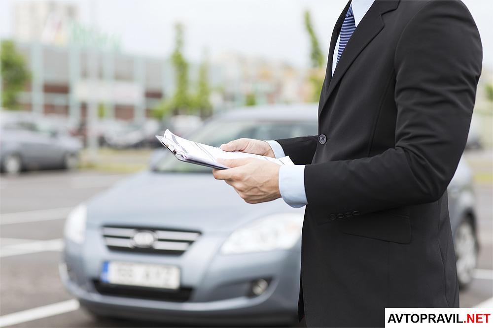 бизнесмен держит в руках документы