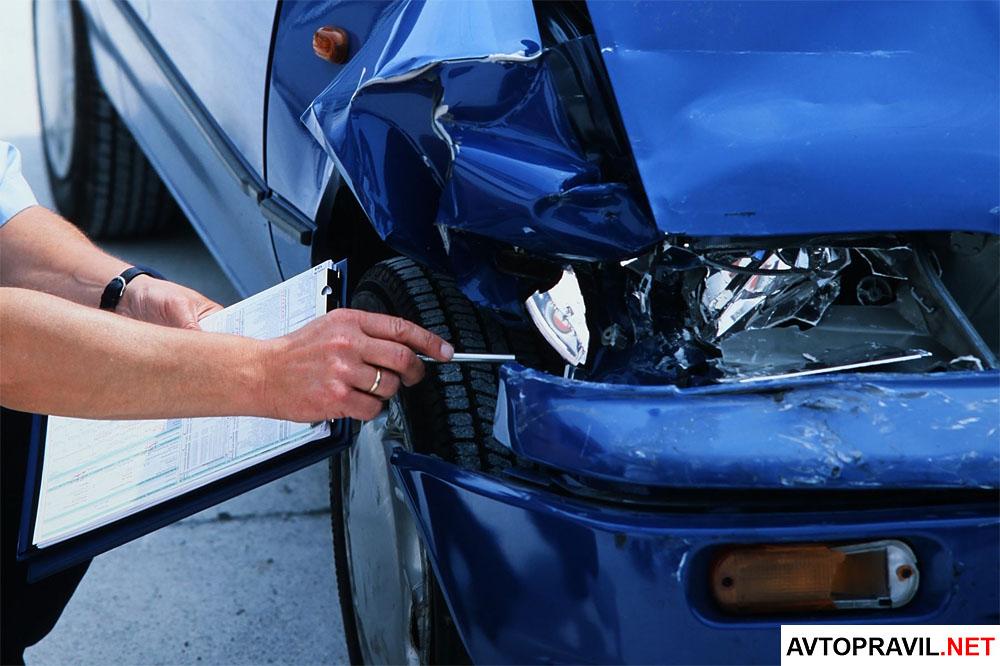 Мужчина производящий осмотр автомобиля