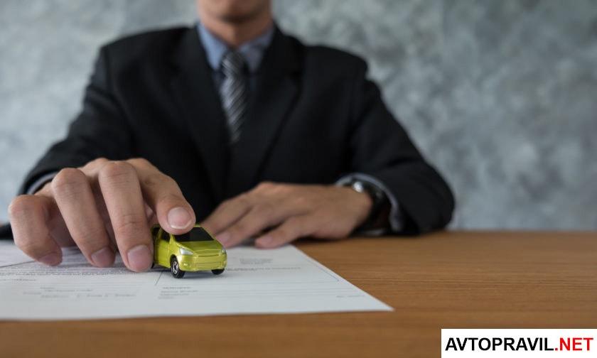 Мужчина сидящий за столом с машинкой в руках