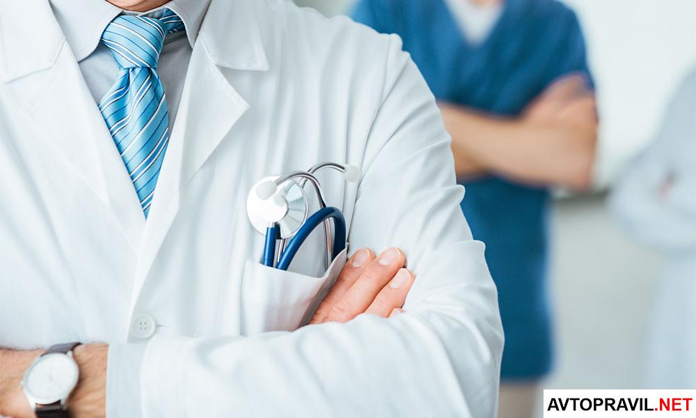Доктор с фонендоскопом на груди
