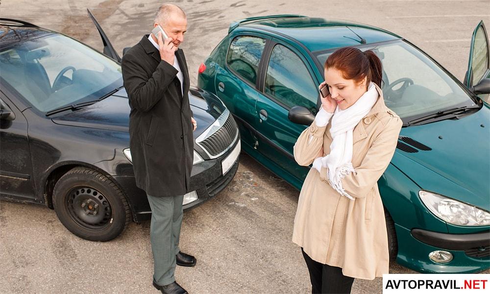 Виновник аварии и потерпевший разговаривают по телефону