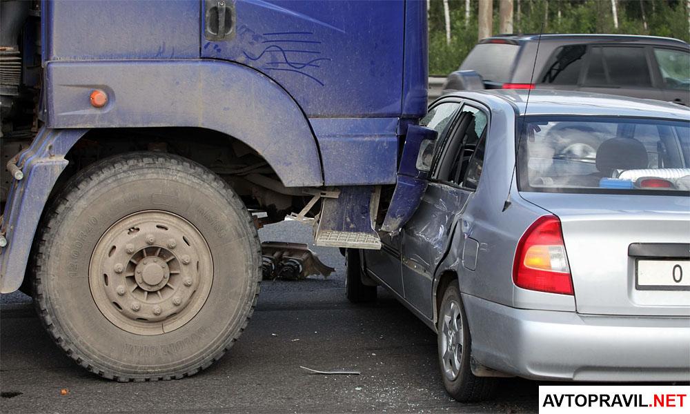 Грузовик и легковой автомобиль попавшие в аварию