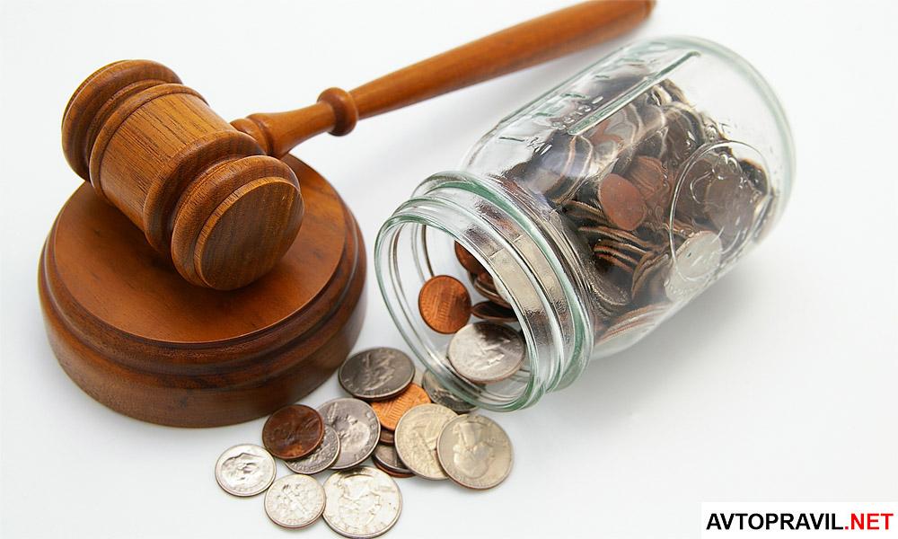 Банка с монетами и судейский молоток лежащий на столе