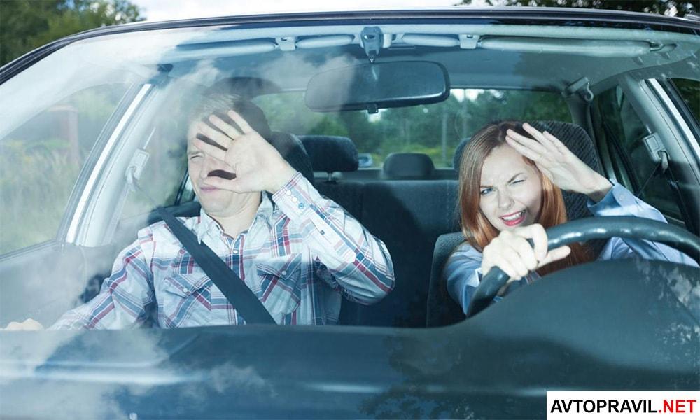 Мужчина и женщина попавшие в аварию