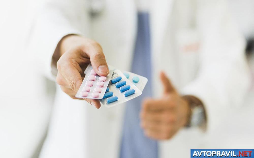 Доктор, дающий лекарства