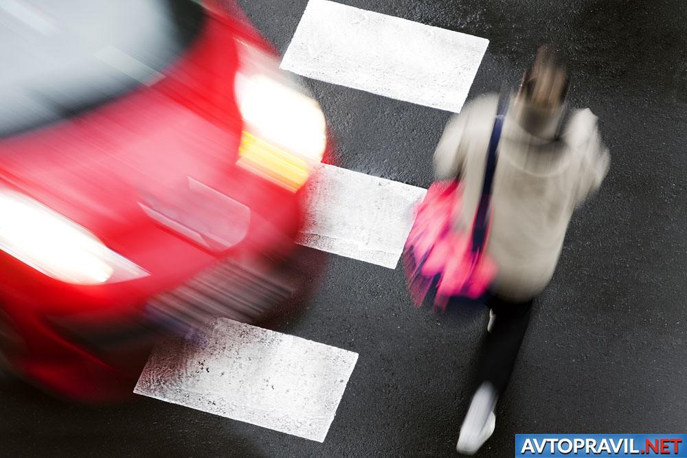 Девушка и машина на пешеходном переходе