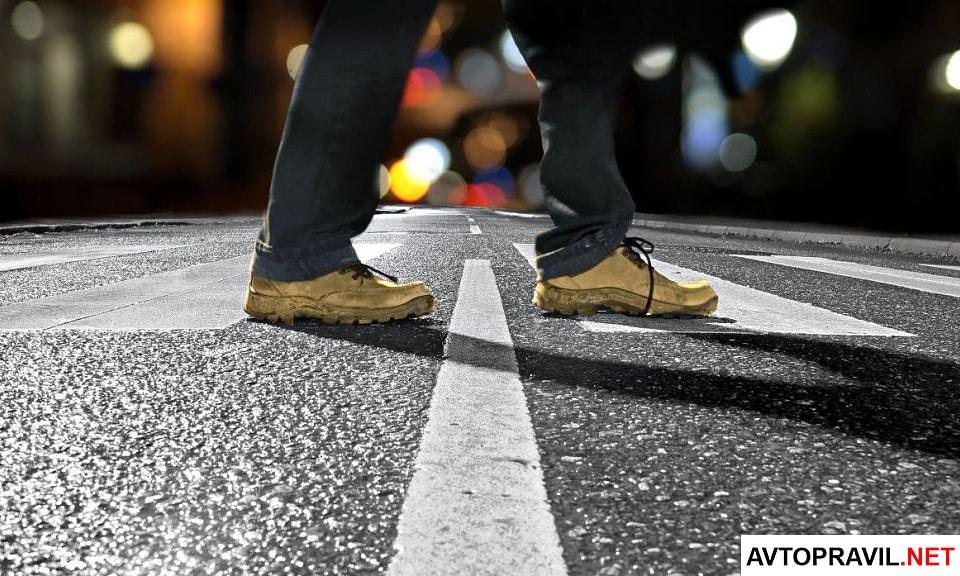пешеход на пешеходном переходе