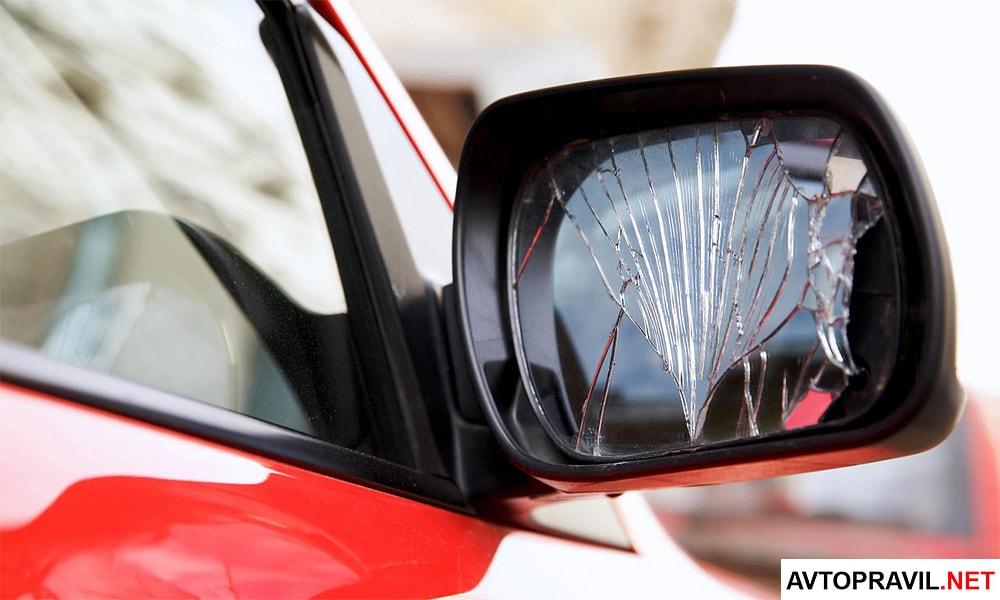Разбитое автомобильное зеркало