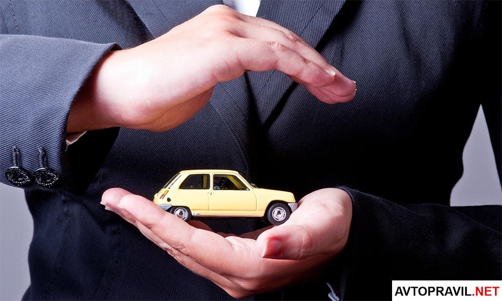 Игрушечный автомобиль в мужских руках