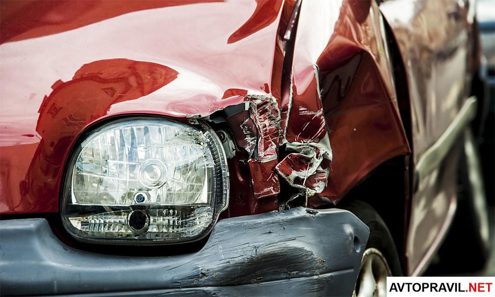 Машина с разбитым капотом