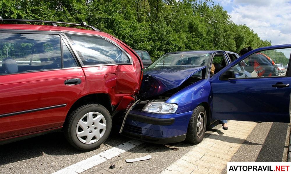 Две машины столкнувшиеся на дороге