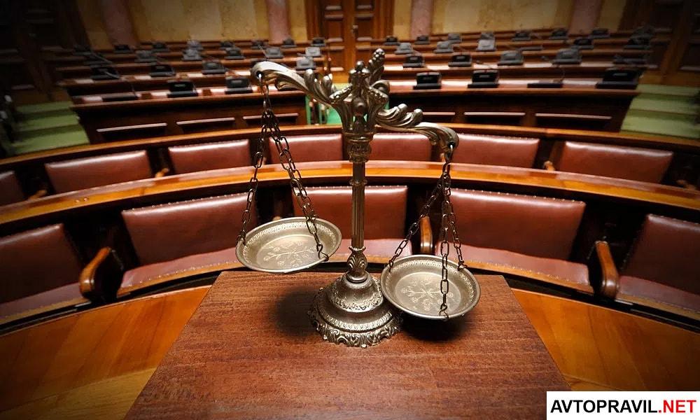 Судейские весы стоящие в зале суде