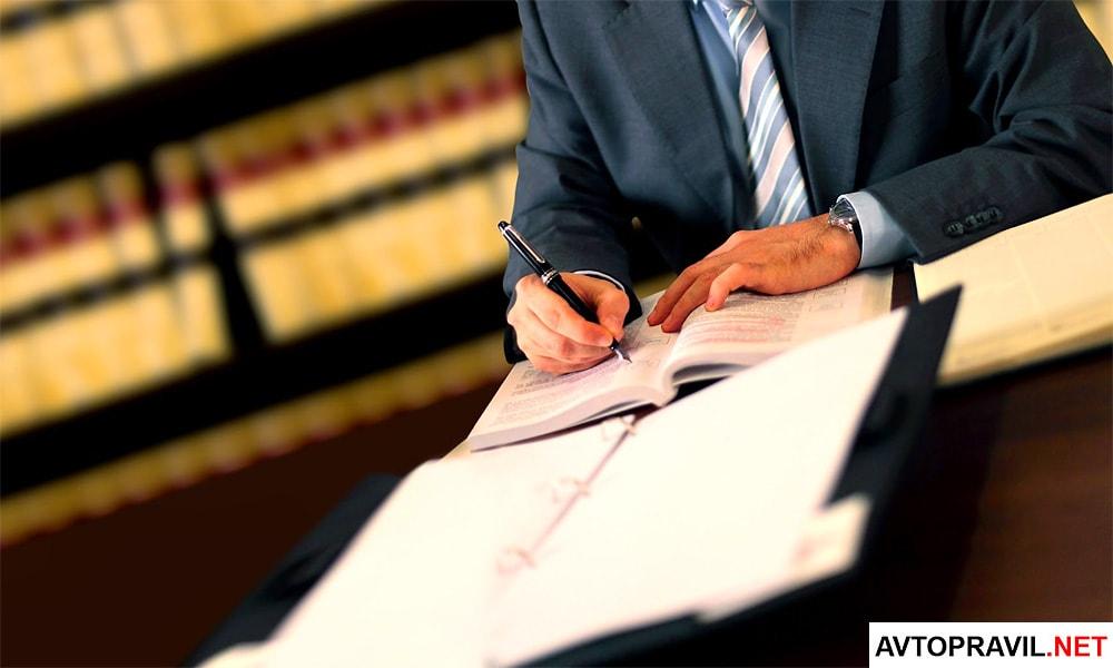 Мужчина сидящий за столом с документами