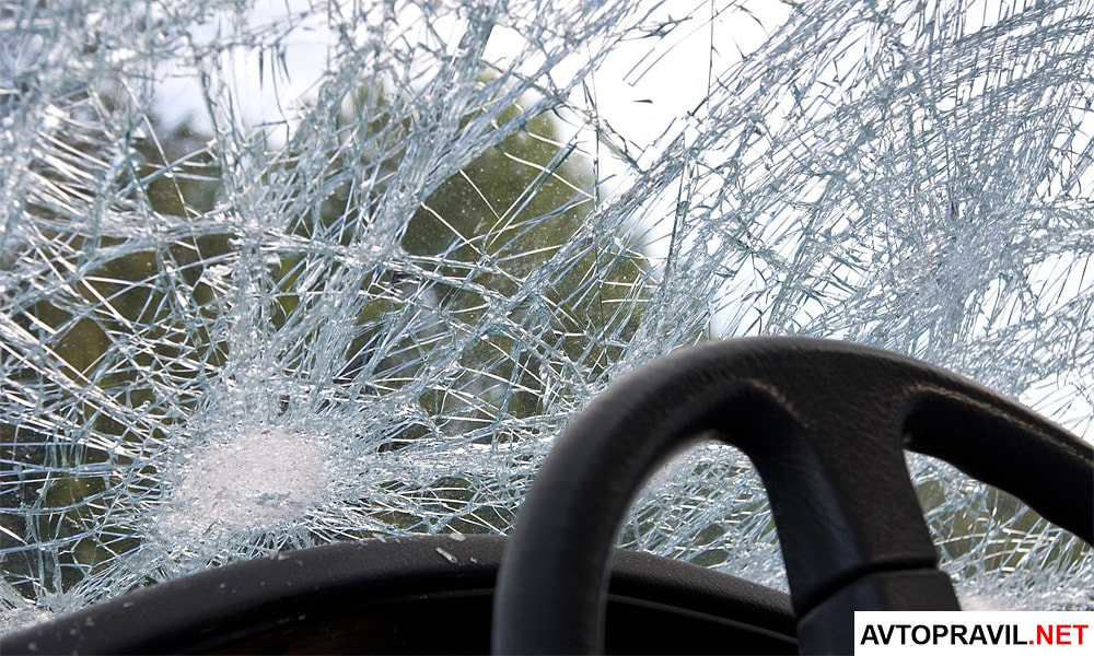 Разбитое лобовое стекло при ДТП