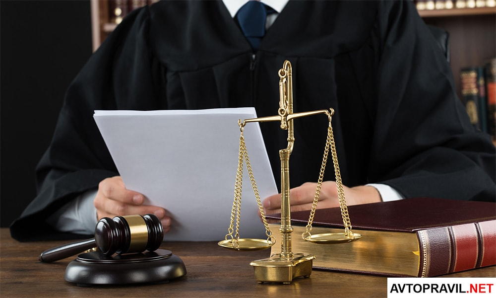 Судья сидящий за столом