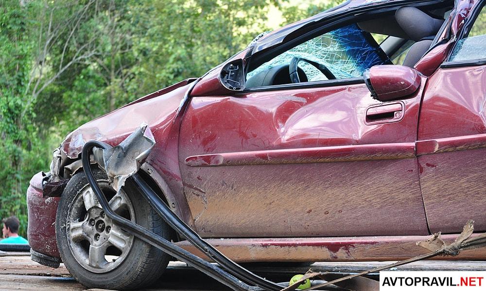 Разбитый автомобиль после ДТП