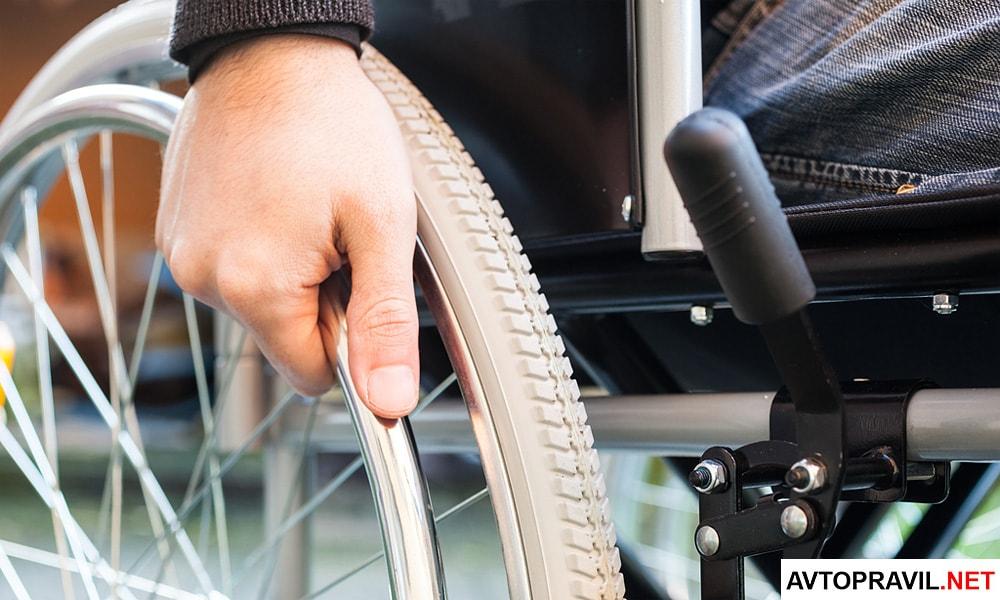 Мужчина, сидящий в инвалидной коляске