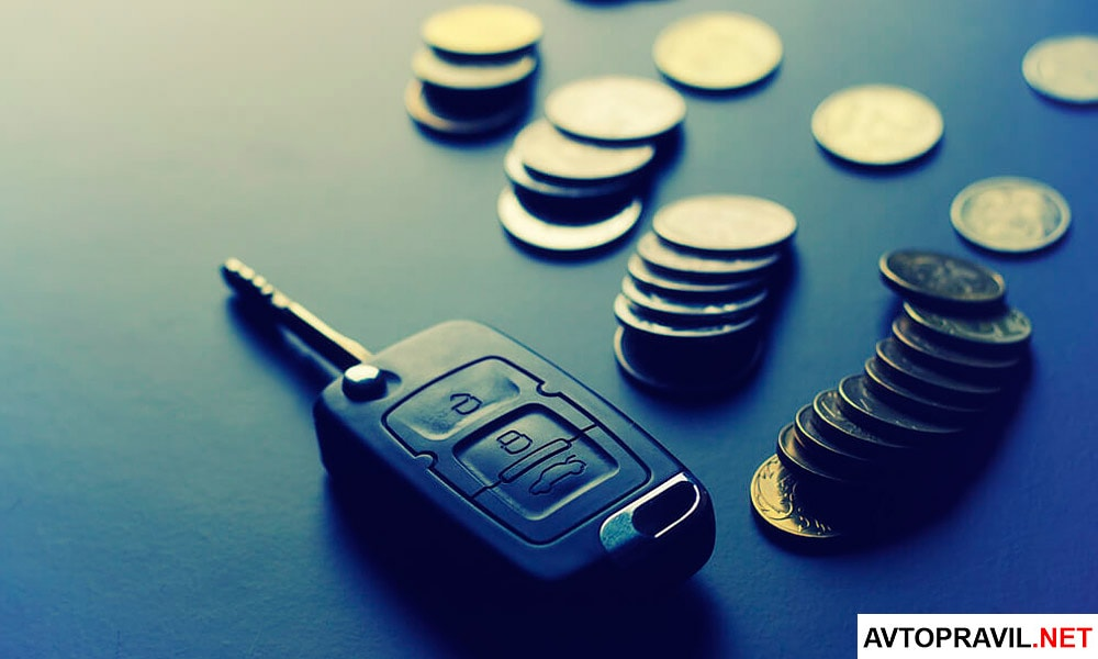 Ключи от автомобиля и монеты, лежащие на столе