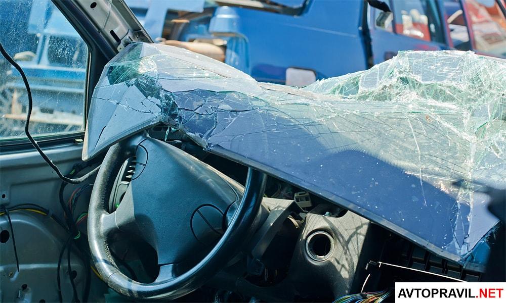 Разбитое переднее стекло автомобиля