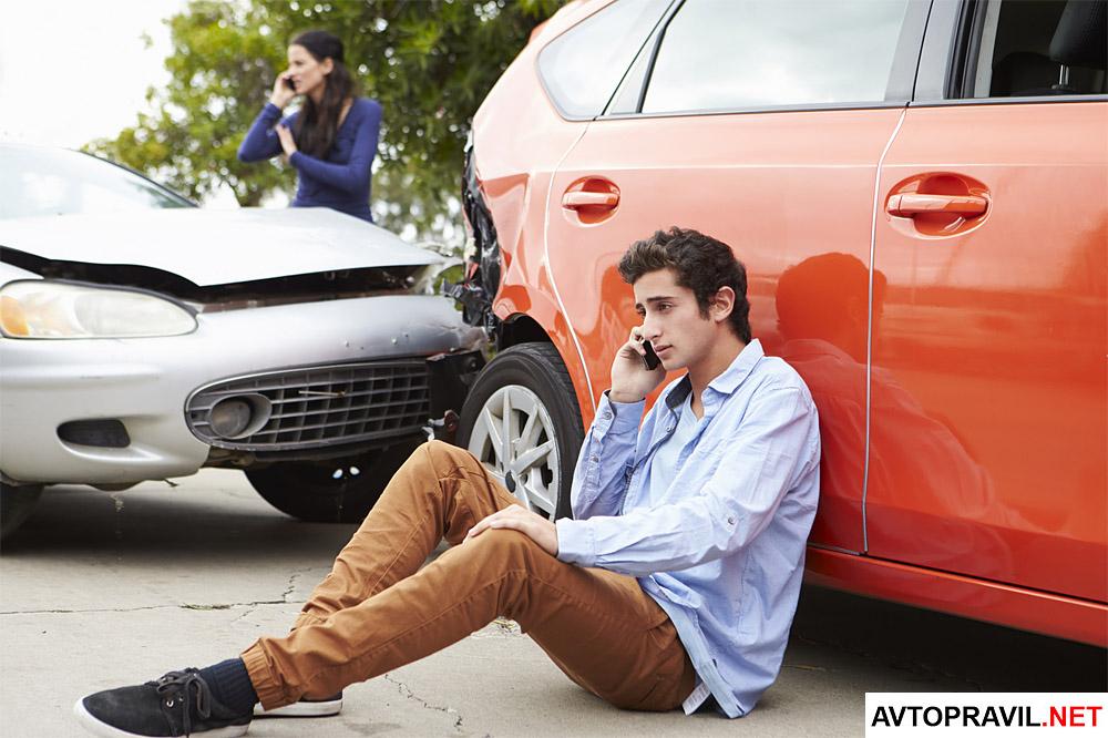 Парень и девушка попавшие в ДТП звонят по телефону
