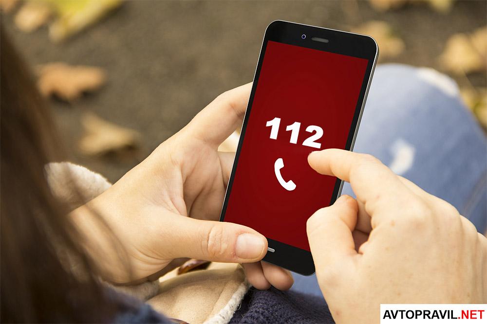 Экран мобильного телефона с цифрами 112