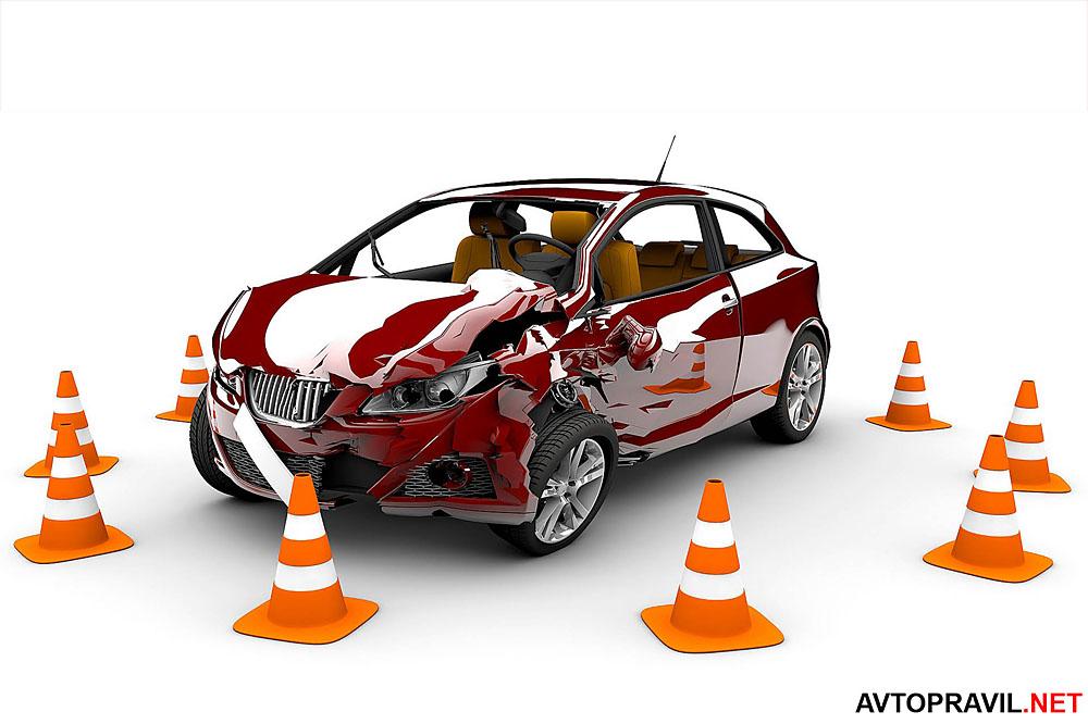Побитая машина и дорожные конусы