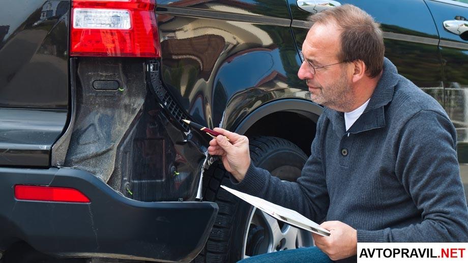 Независимый эксперт оценивающий повреждения автомобиля