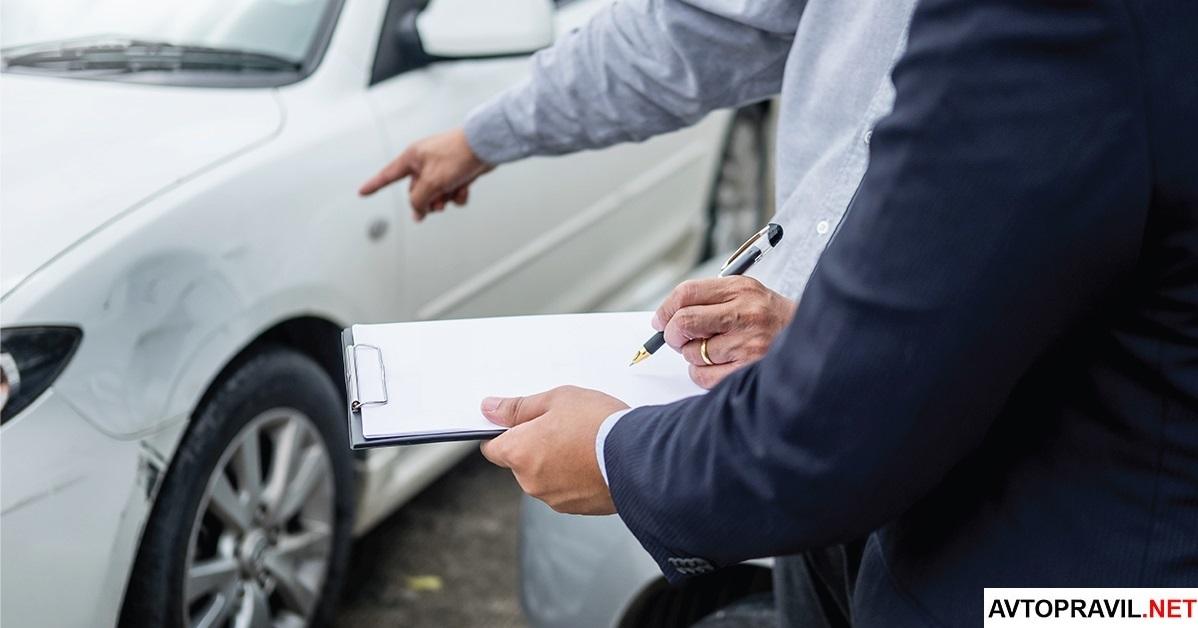 Водитель и страховой агент, описывающие последствия ДТП