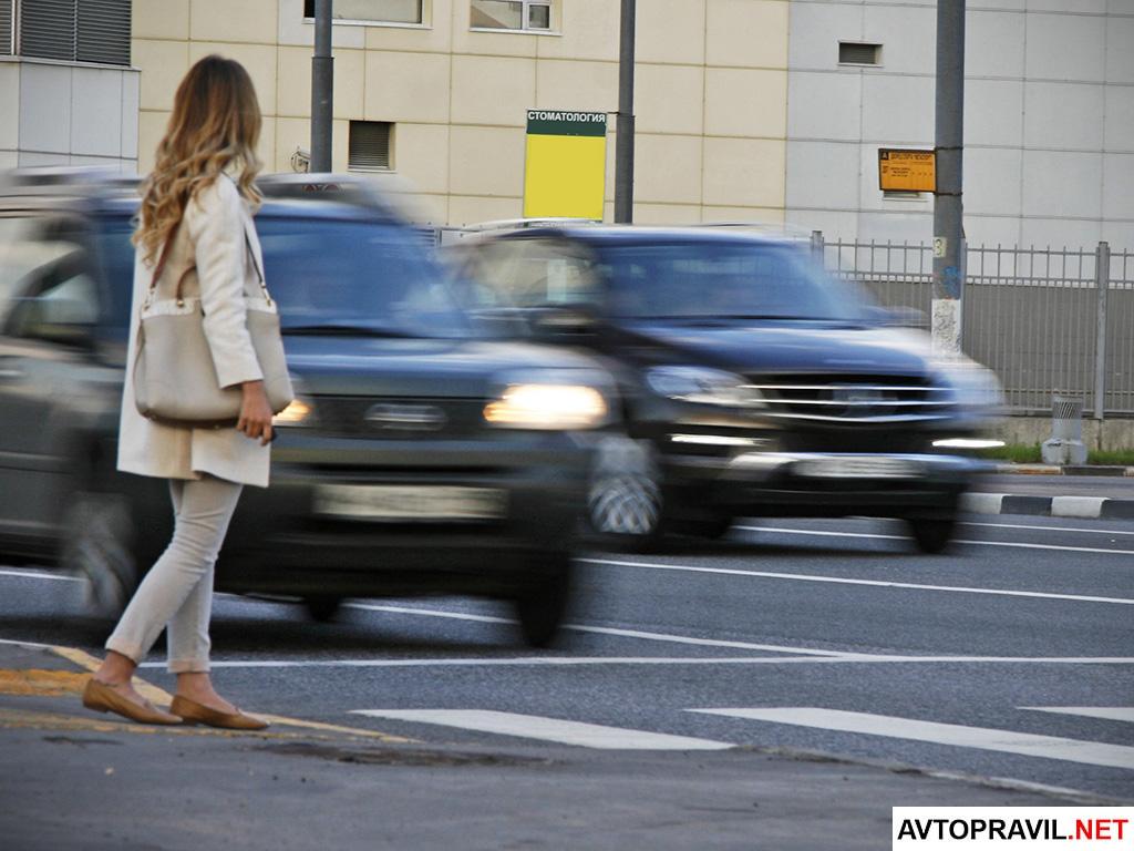 Девушка переходящая дорогу на пешеходном переходе