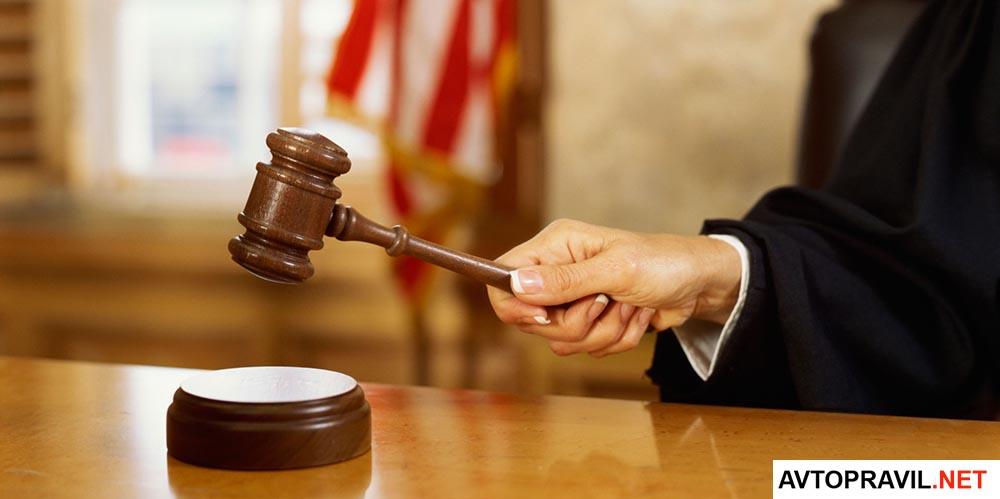 Женщина-судья с молотком в руках