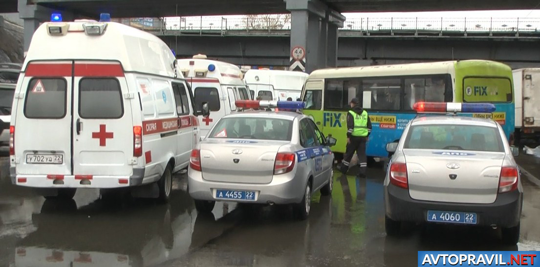 Автомобили скорой помощи и полиции возле ДТП