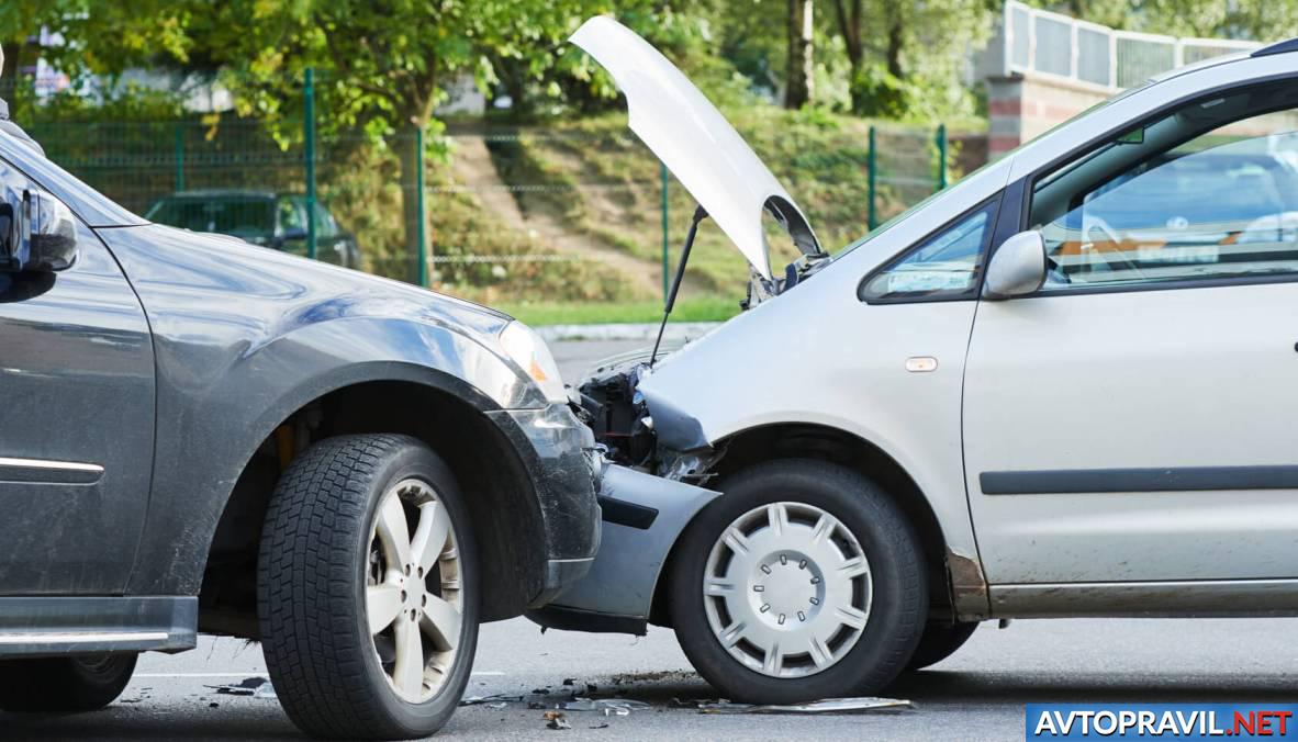 Авария двух автомобилей на дороге