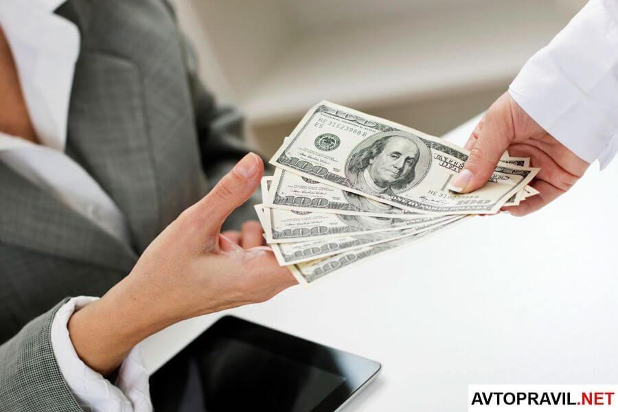 Человек, передающий деньги другому человеку