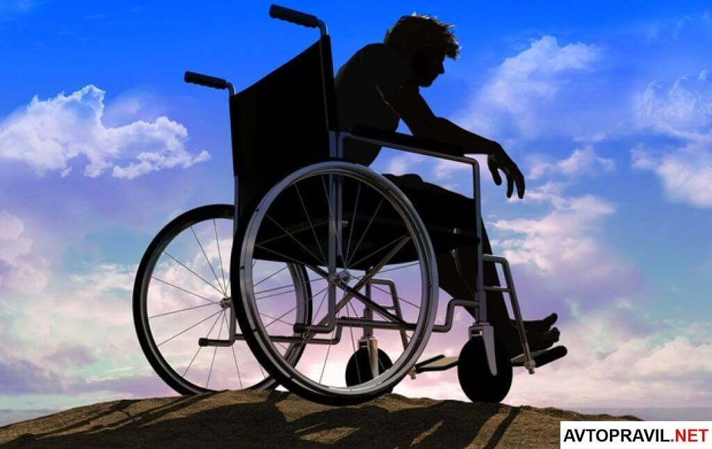 Человек в коляске на фоне неба