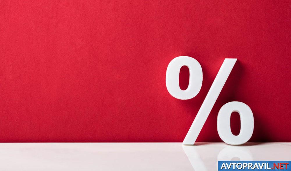 Фигура процента на красном фоне