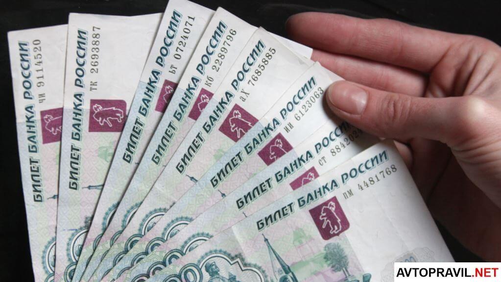 Деньги в руках на тёмном фоне