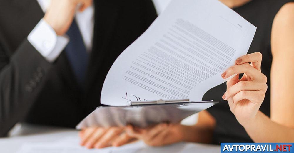 Женщина и мужчина, просматривающие документы