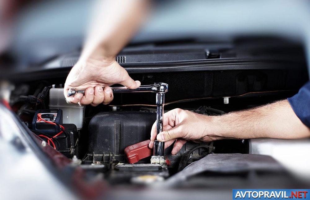 Мужчина, ремонтирующий автомобиль