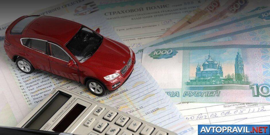 Лежащие на столе документы, машина и деньги