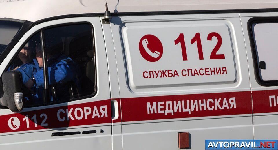 Машина скорой медицинской помощи с водителем