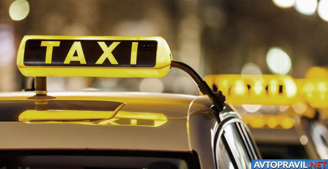 Включенный плафон на автомобиле службы такси