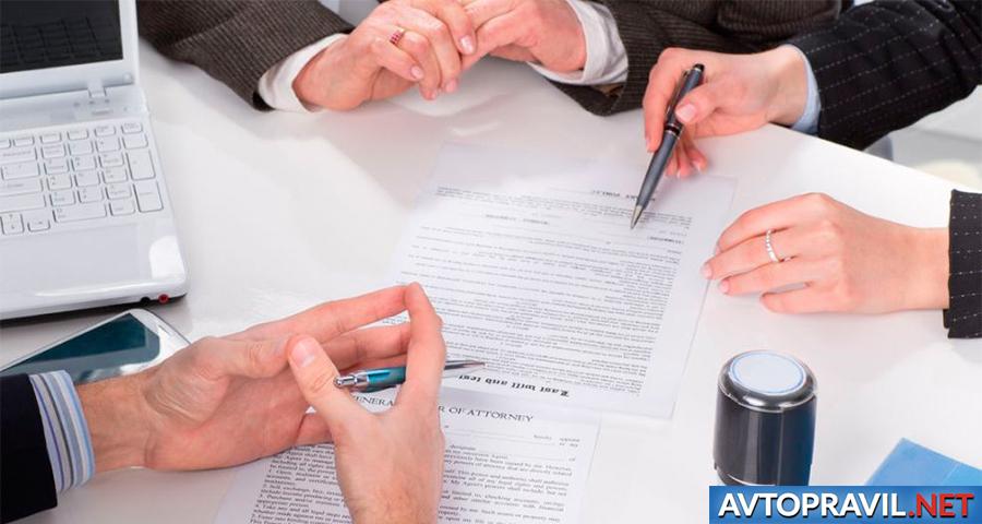 Руки с ручками лежащие над документами