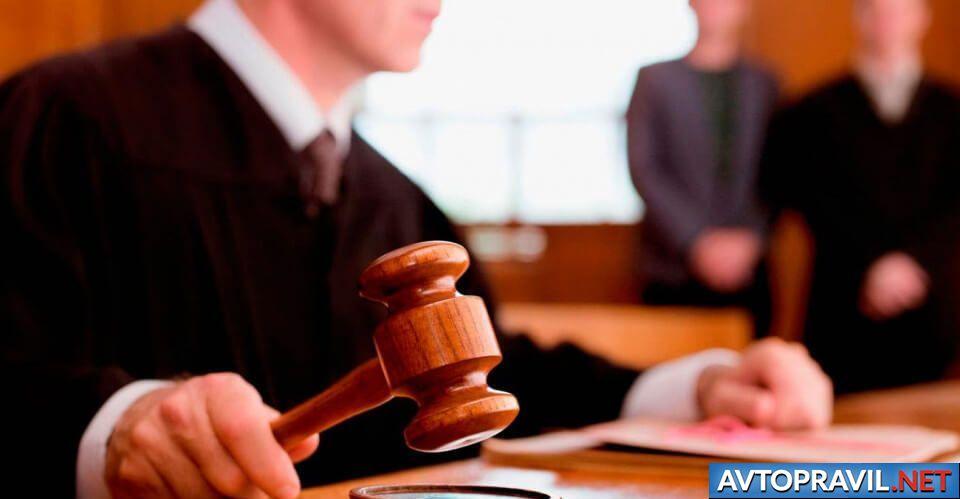 Судья, бьющий по столу судейским молотком