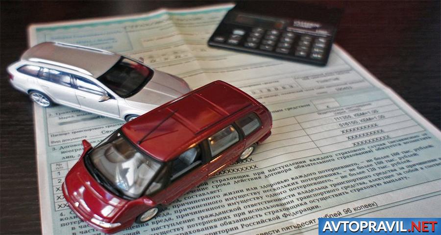 Игрушечные автомобили и калькулятор на документах