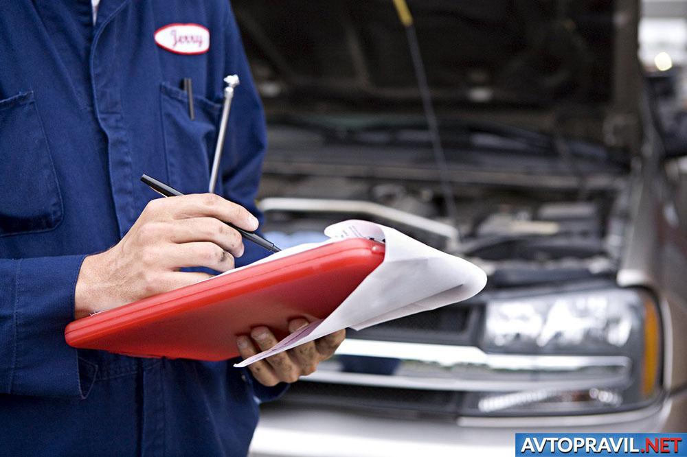 Мужчина, описывающий техническое состояние автомобиля