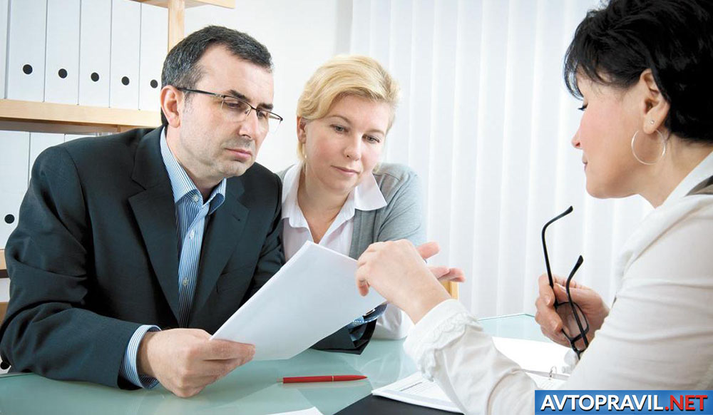 Мужчина и женщина, получающие консультацию страховщика